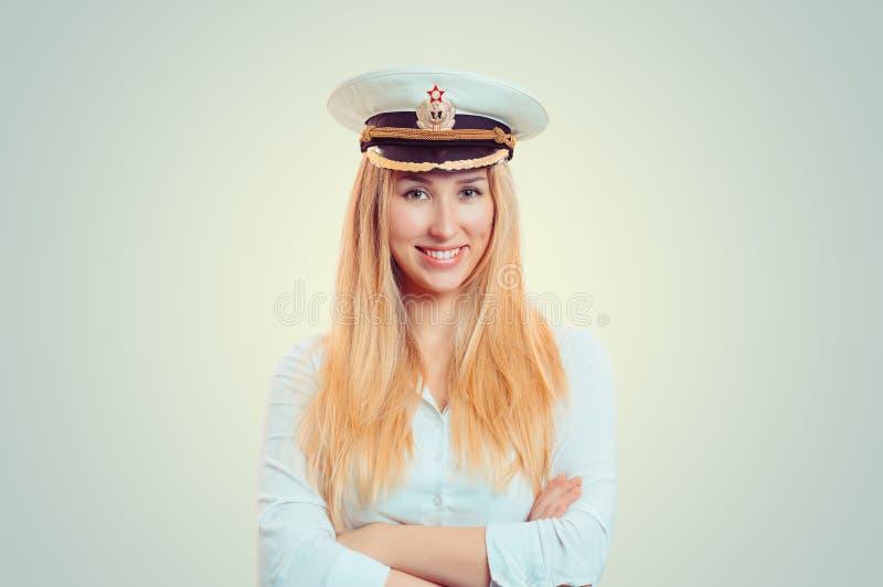Усмехаясь женщина в крышке военно-морского флота белой стоковое изображение rf