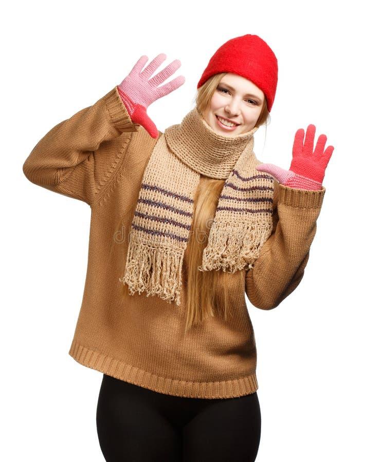 Усмехаясь женщина в одежде зимы стоковое изображение