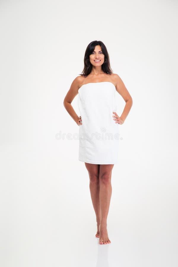 Усмехаясь женщина в полотенце суша ее волосы стоковое изображение