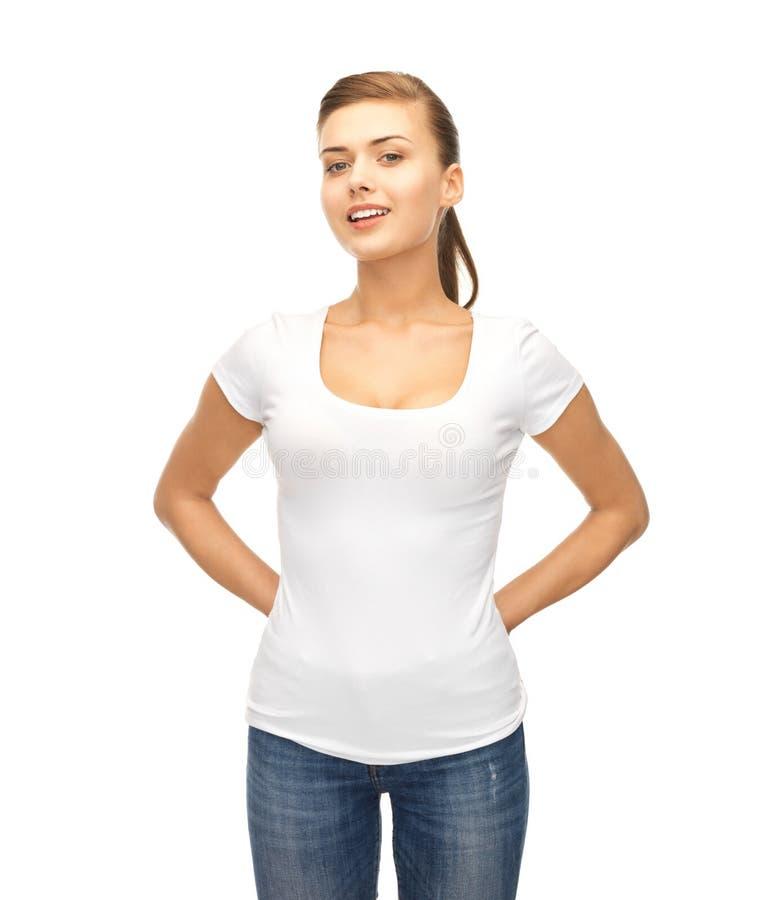 Усмехаясь женщина в пустой белой футболке стоковые изображения rf