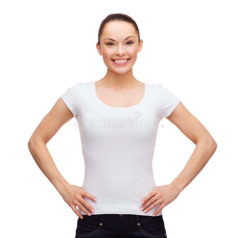 Усмехаясь женщина в пустой белой футболке стоковое фото rf