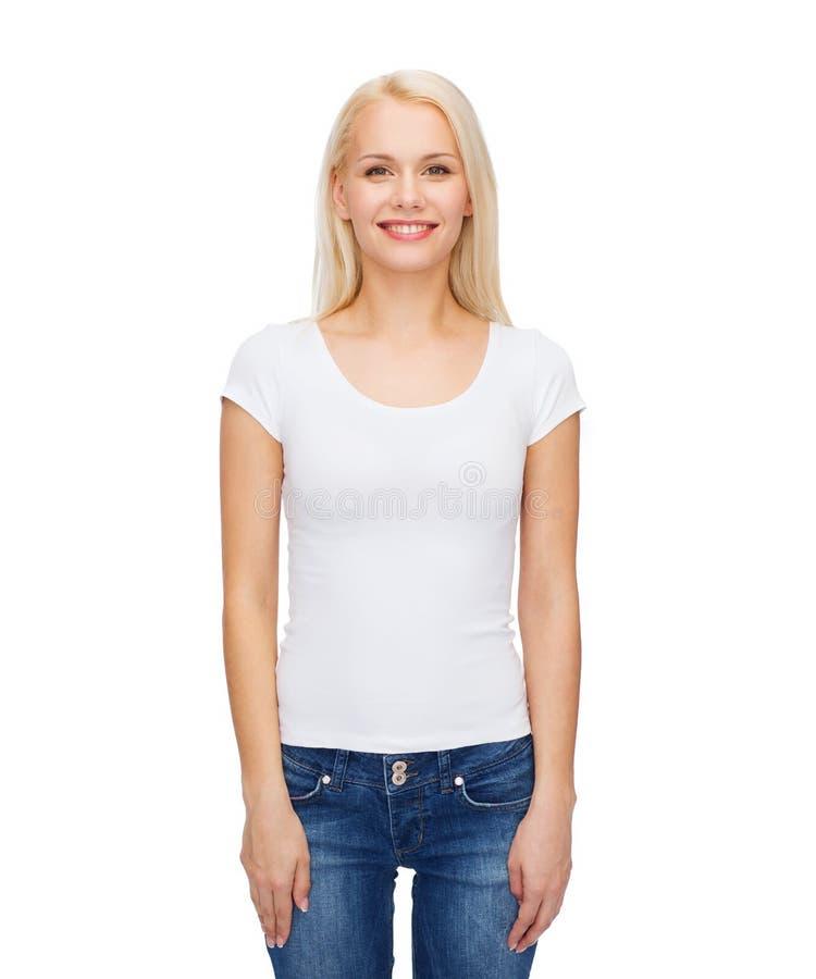 Усмехаясь женщина в пустой белой футболке стоковая фотография rf