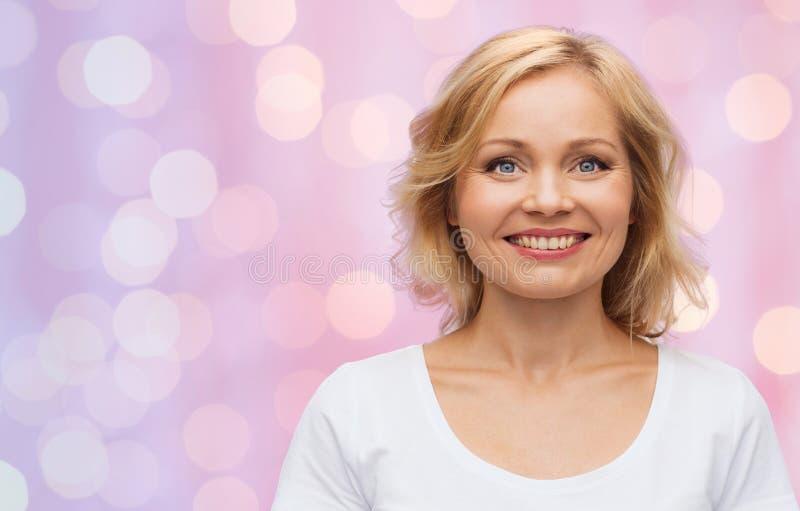 Усмехаясь женщина в пустой белой футболке стоковое изображение rf