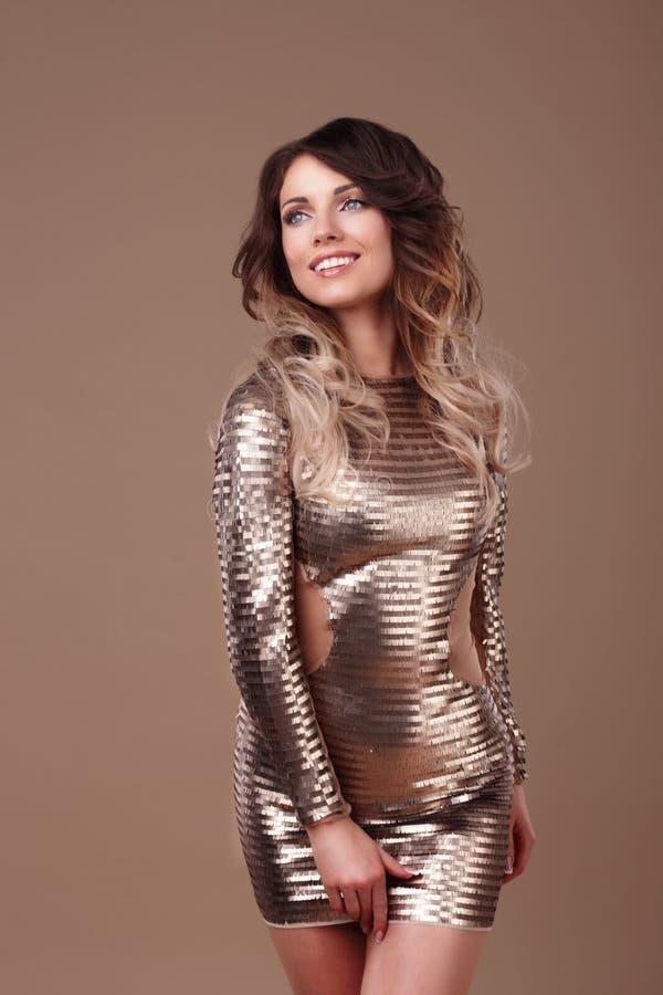 Усмехаясь женщина в роскошном платье яркого блеска стоковые изображения rf