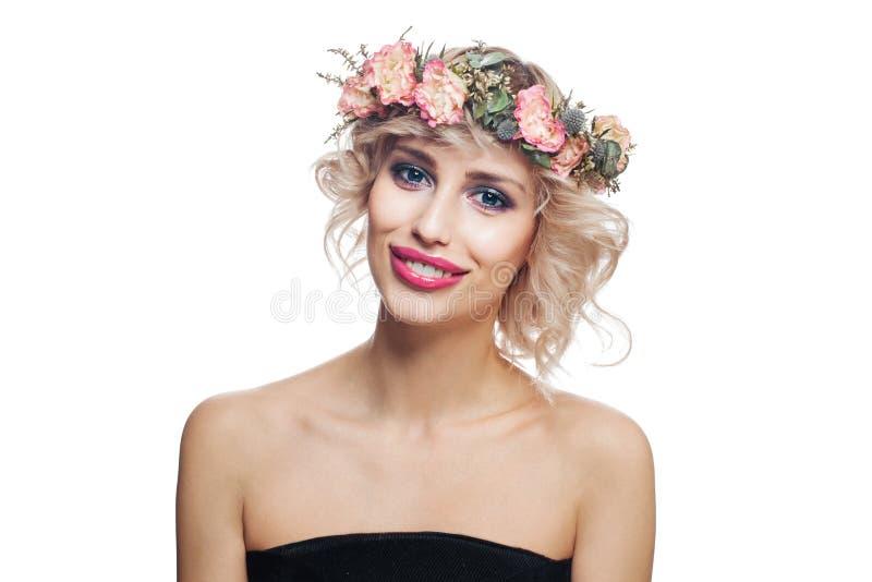 Усмехаясь женщина в цветках увенчивает Молодая модель с коротким бело стоковые фото