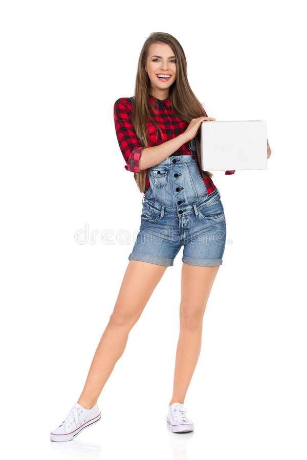Усмехаясь женщина держа белую картонную коробку стоковое изображение