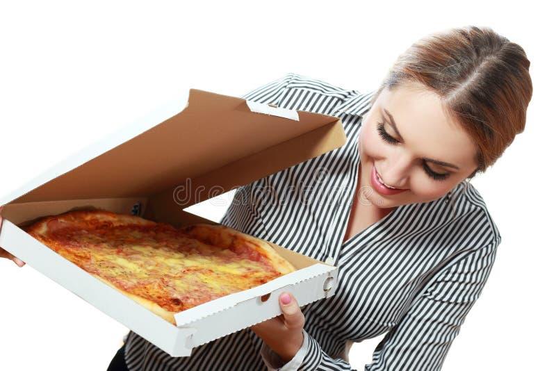 Усмехаясь женщина держа очень вкусную пиццу стоковая фотография rf