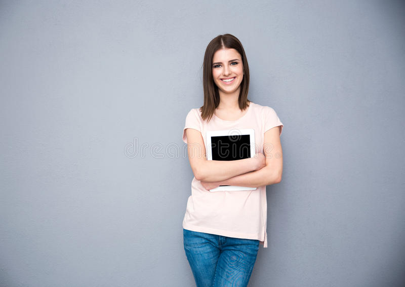 Усмехаясь женщина держа планшет стоковые фотографии rf