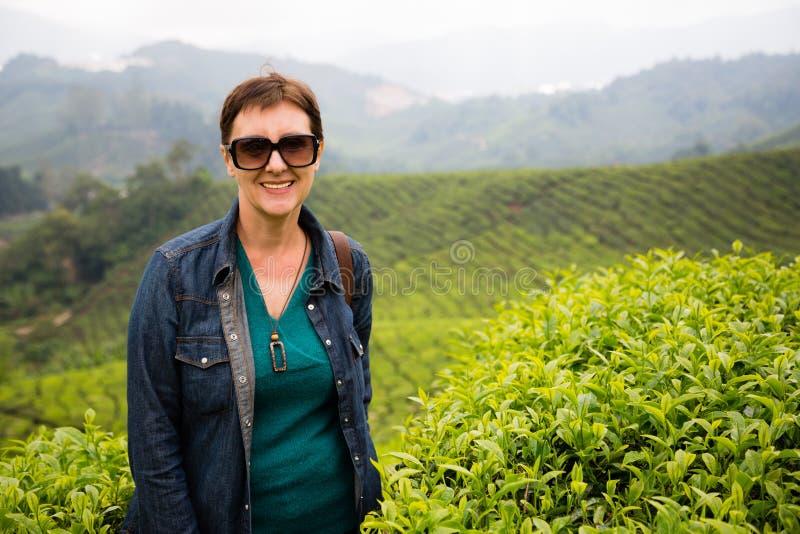 Усмехаясь женщина на плантациях чая гористых местностей Камерона, Malays стоковые изображения rf