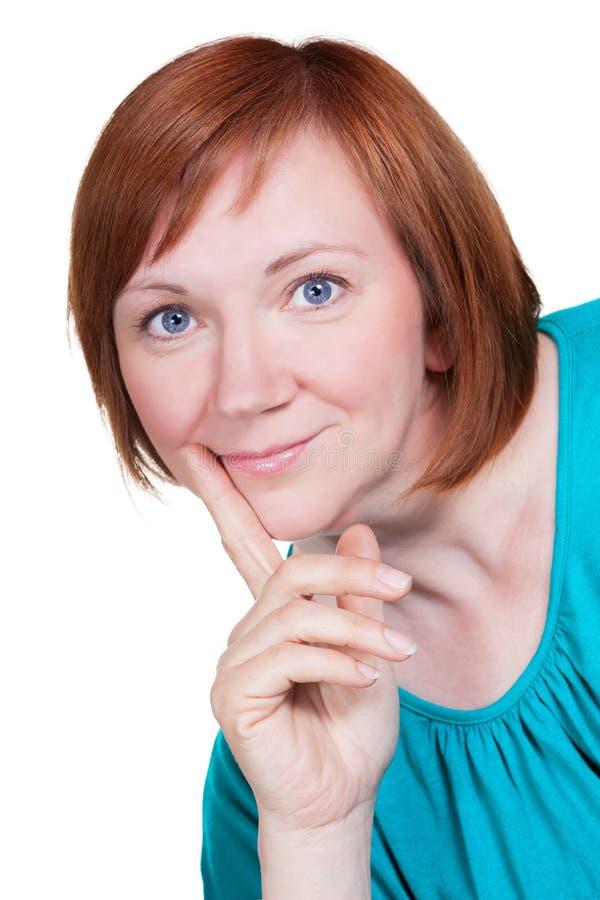 Усмехаясь женщина постаретая серединой с красными волосами стоковое фото rf