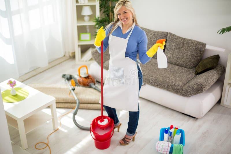 Усмехаясь женщина подготовленная для очищая дома стоковое изображение rf