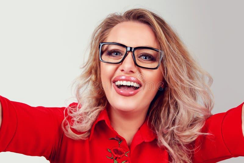 Усмехаясь женщина принимая selfie в студии стоковое изображение rf
