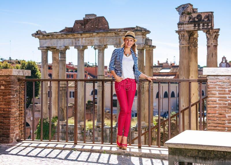 Усмехаясь женщина путешественника около римского форума имея пеший поход стоковое фото