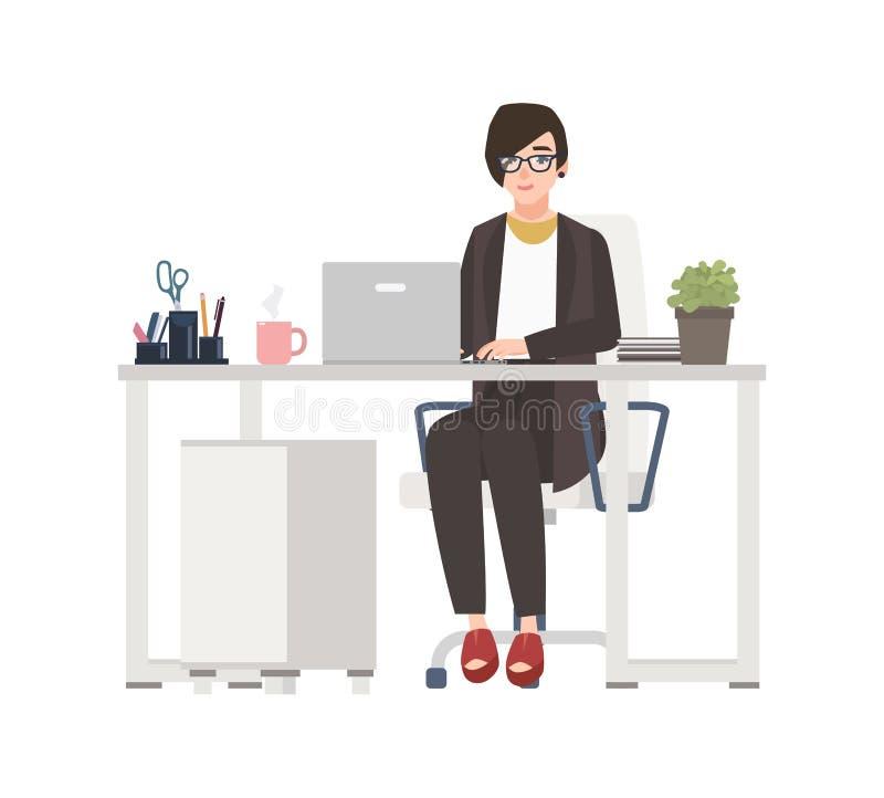 Усмехаясь женщина работая на офисе Женский клерк одетый в умных одеждах сидя в стуле на столе с компьютером смешно иллюстрация вектора