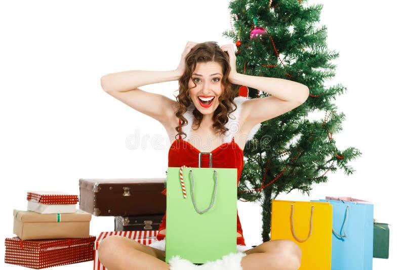 Усмехаясь женщина рождества около дерева стоковая фотография