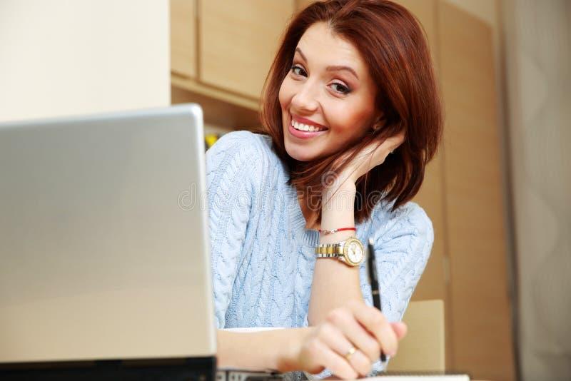 Download Усмехаясь женщина сидя на ее разминке Стоковое Изображение - изображение насчитывающей самомоднейше, красивейшее: 37926387