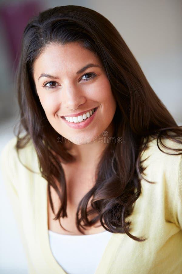 Усмехаясь женщина сидя на софе стоковые изображения rf