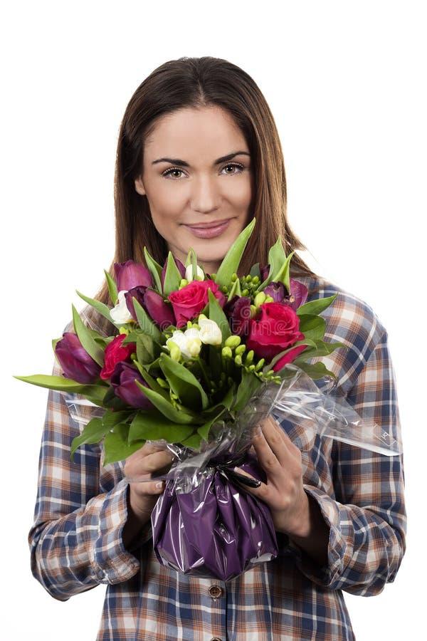 Усмехаясь женщина с букетом стоковое фото