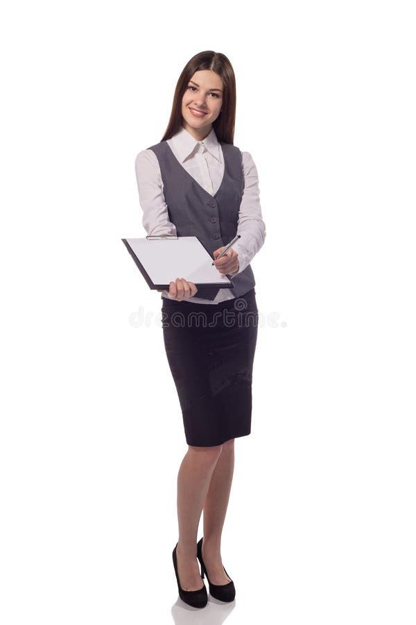 Усмехаясь женщина с доской сзажимом для бумаги предлагает подписать документ стоковые фотографии rf
