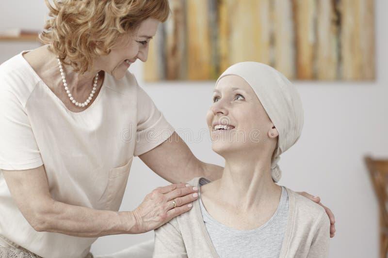 Усмехаясь женщина с раком стоковые фото