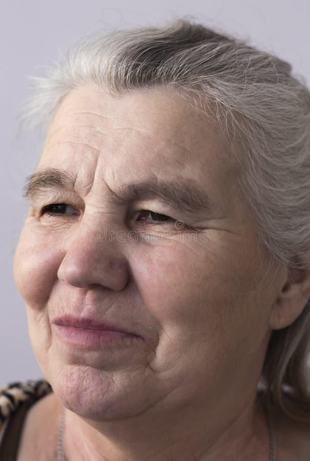Усмехаясь женщина с серыми волосами стоковое изображение