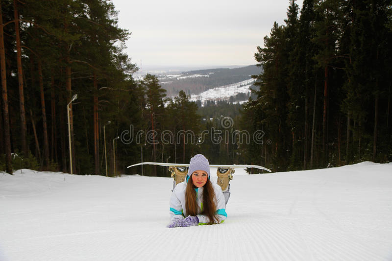 Усмехаясь женщина с сноубордом стоковое изображение rf