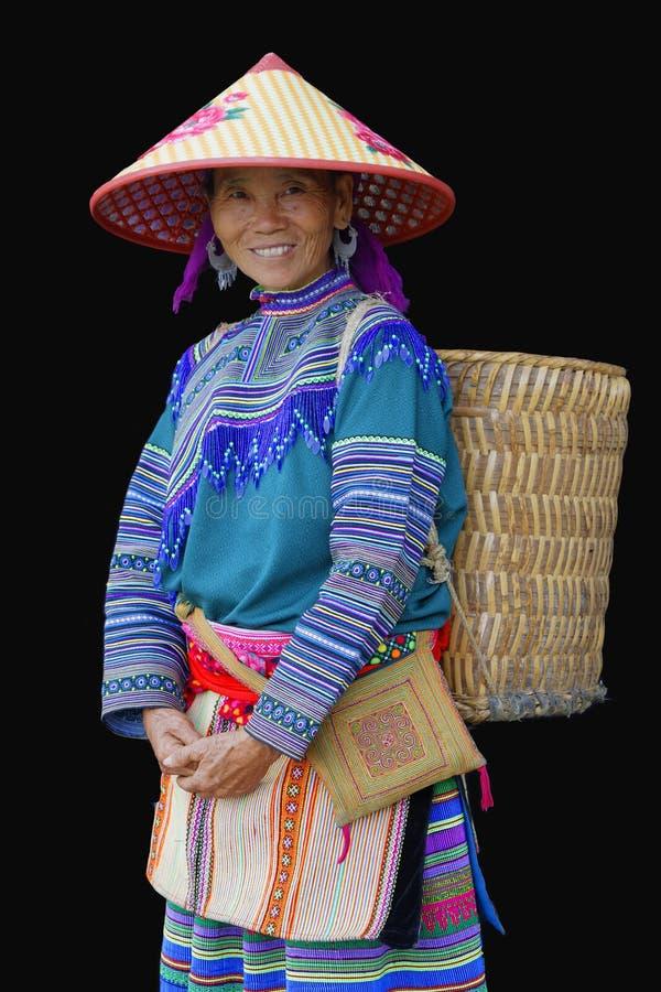 Усмехаясь женщина HMong с корзиной на ей назад стоковая фотография rf