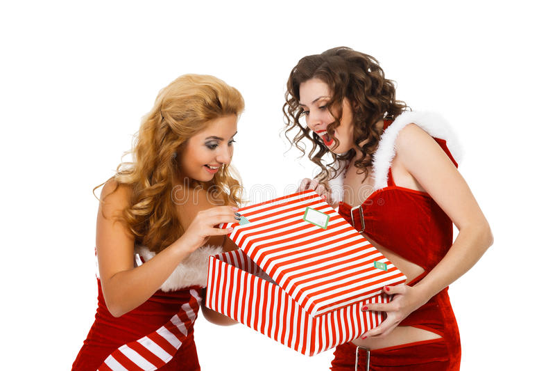 Усмехаясь женщины рождества держа подарок стоковое фото rf