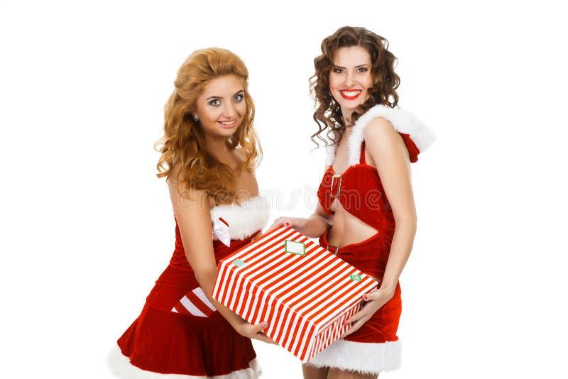 Усмехаясь женщины рождества держа подарок стоковая фотография