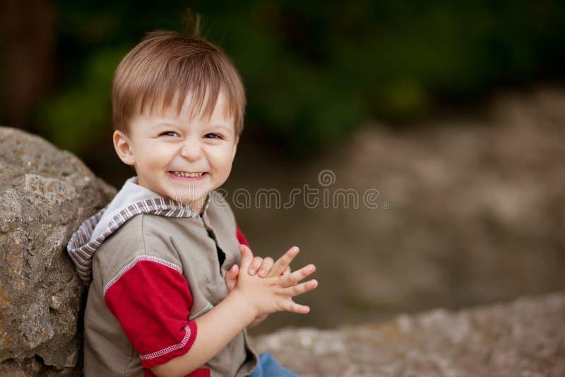 Усмехаясь застенчивый мальчик стоковое фото rf