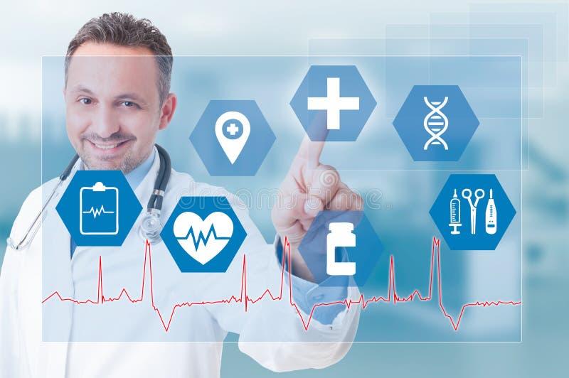 Усмехаясь значок молодого сотрудник военно-медицинской службы касающий медицинский на футуристическом экране стоковое фото