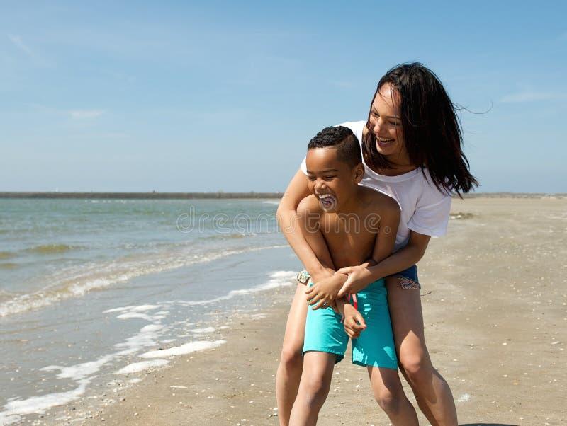 Download Усмехаясь играть матери и сына Стоковое Фото - изображение насчитывающей мама, родитель: 41653744
