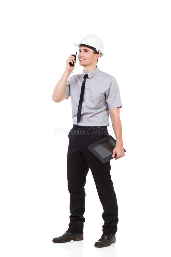 Усмехаясь инженер используя звуковое кино walkie стоковое изображение