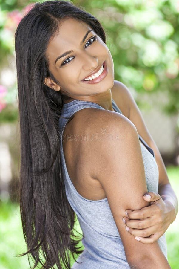Усмехаясь индийская азиатская девушка молодой женщины стоковые фото