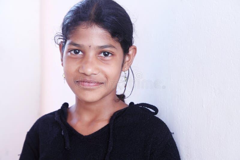 Усмехаясь индийская девушка села стоковые фотографии rf