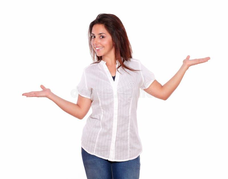 Усмехаясь испанская девушка держа ладони вне стоковые изображения rf