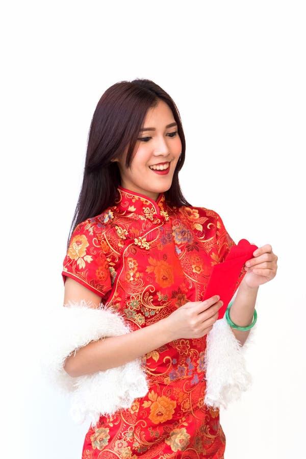 Усмехаясь китайская женщина с красным карманным показом удивляет expr стороны стоковые изображения