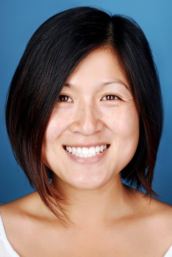 Усмехаясь китайская женщина стоковые фотографии rf