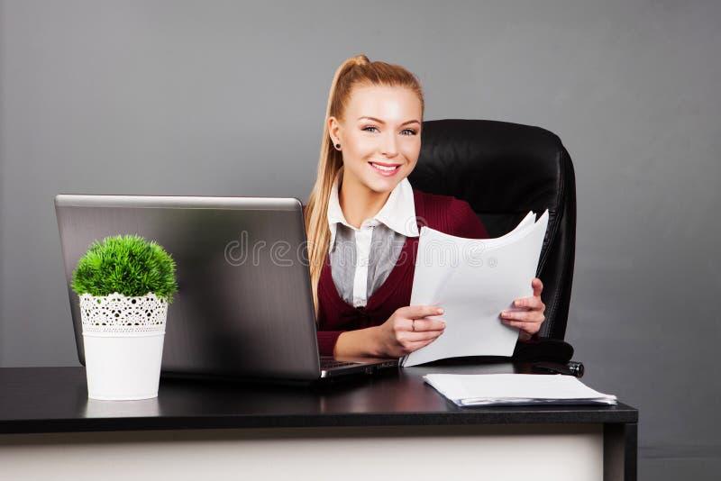 Download Усмехаясь коммерсантка с бумагой в офисе Стоковое Фото - изображение насчитывающей indoors, люди: 40585212