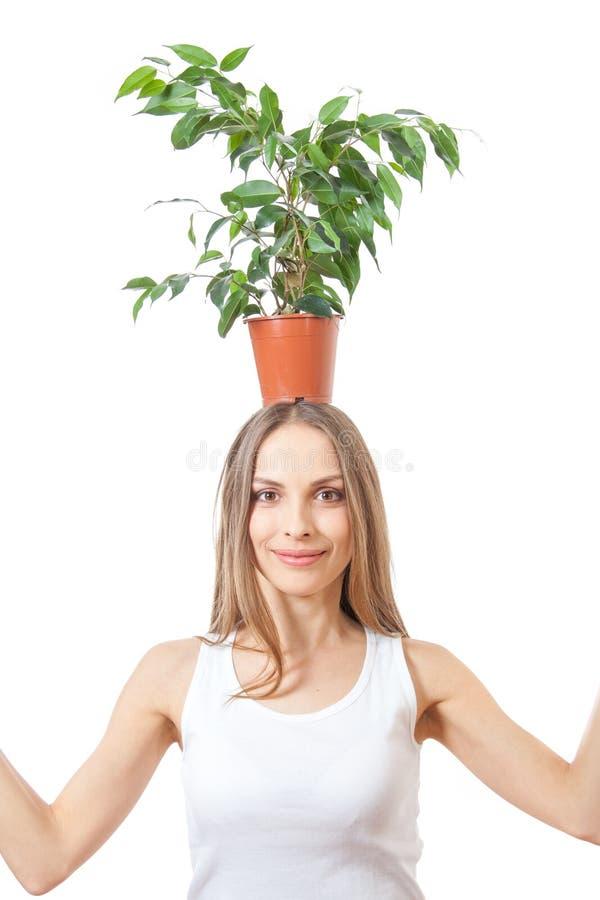 Усмехаясь комнатное растение владением женщины изолированное на белизне стоковое изображение