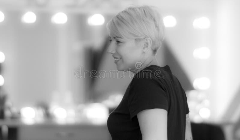 Усмехаясь короткая женщина стрижки с прошивкой в ее носе стоковое изображение