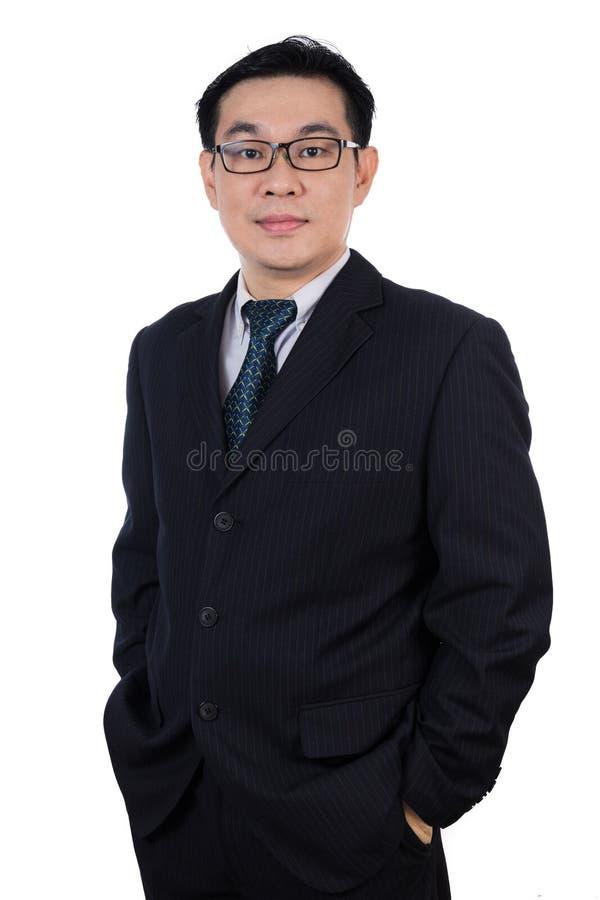 Усмехаясь костюм азиатского китайского человека нося представляя с уверенно стоковые фотографии rf