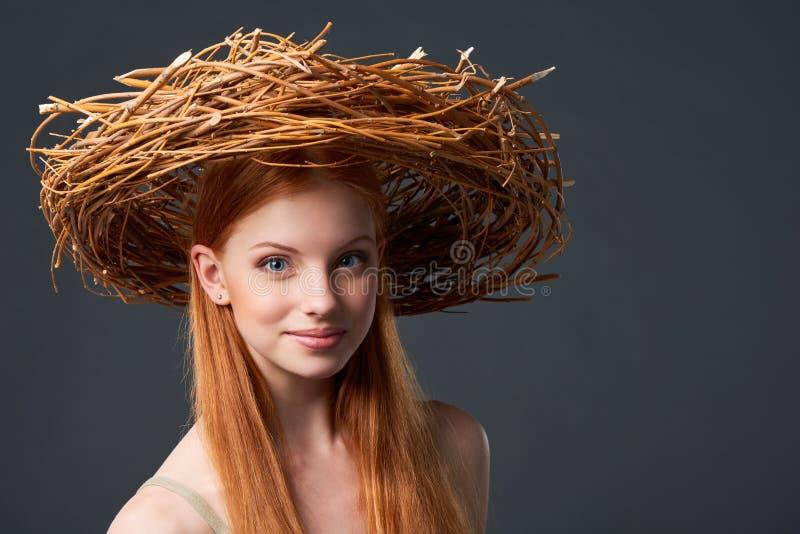 Усмехаясь красивая женщина в естественном венке стоковые фото