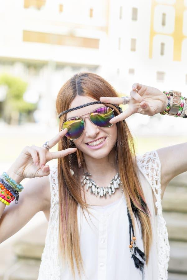 Усмехаясь красивая женщина представляя на камере, стиле hippie стоковая фотография rf