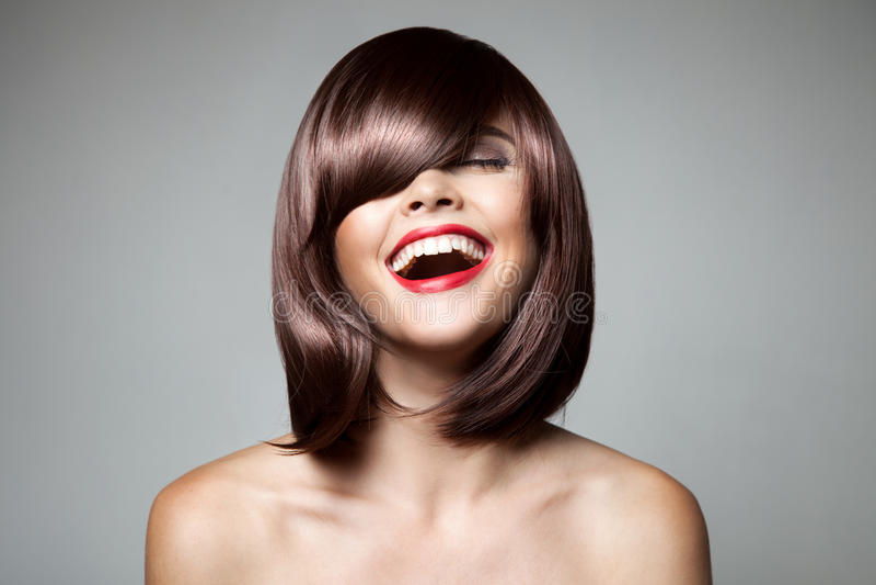 Усмехаясь красивая женщина с волосами Брайна короткими стоковые фото