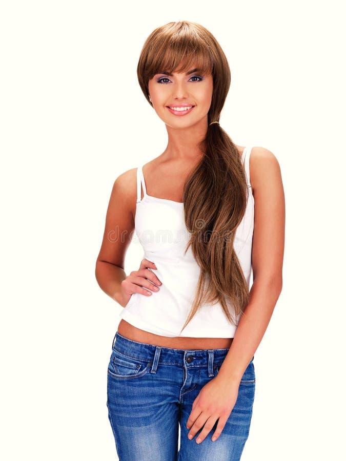 Усмехаясь красивая индийская женщина с длинными волосами стоковое фото rf
