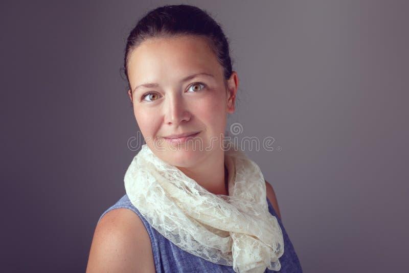 Усмехаясь красивая кавказская женщина брюнет с темными волосами и коричневыми карими глазами стоковое изображение