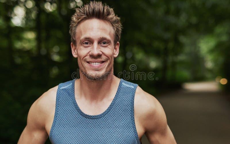 Усмехаясь красивый мышечный молодой человек стоковые фотографии rf