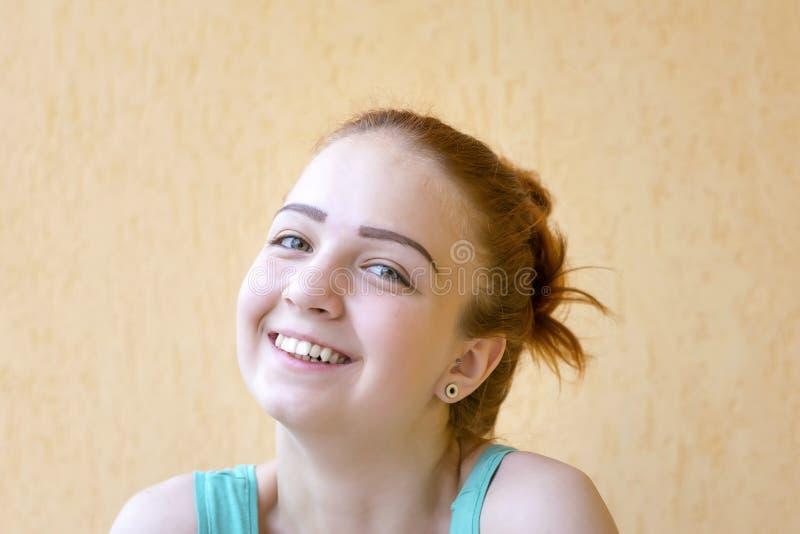 Усмехаясь красная девушка волос стоковая фотография rf