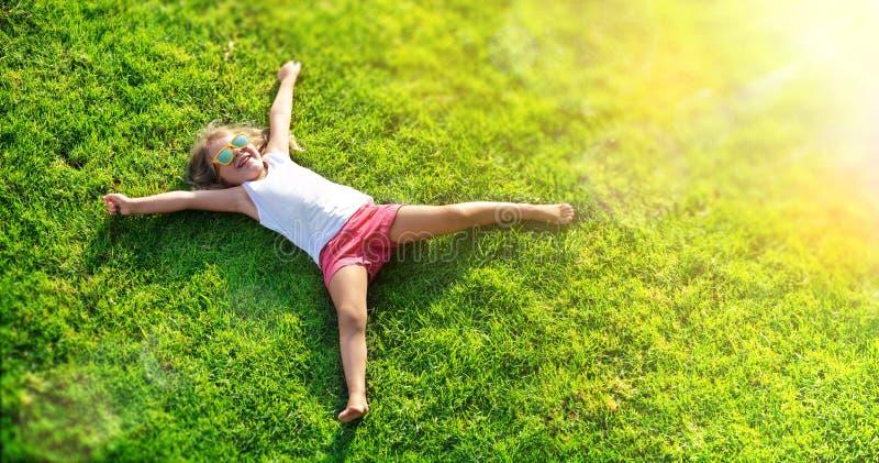 Усмехаясь лежать маленькой девочки стоковое фото rf
